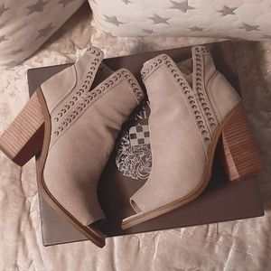 VINCE CAMUTO KEMELLY GRAY ANKLE BOOTS